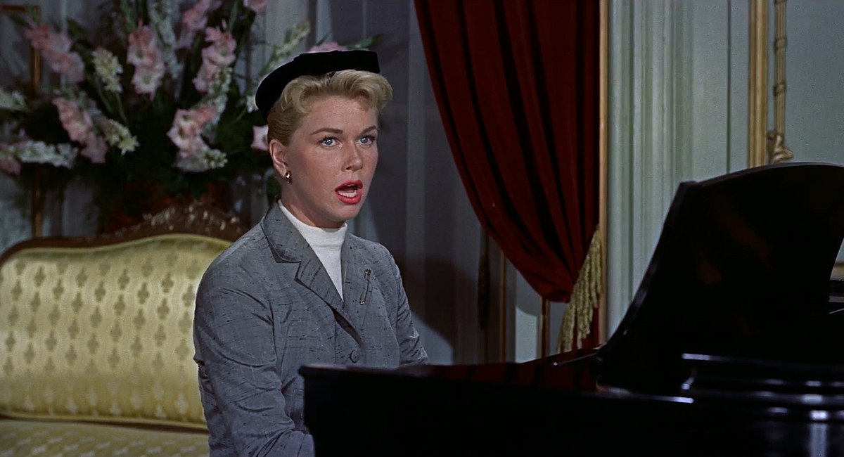 1200px-The_Man_Who_Knew_Too_Much_trailer_screenshot_Doris_Day_Que_Sera,_Sera
